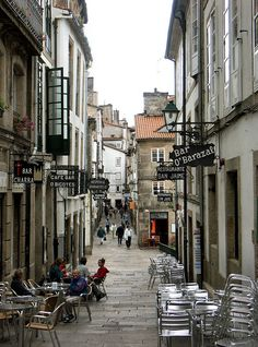 """La """"Rúa da Raíña"""" es muy popular por ser una de la principales calles de vinos de la ciudad. Su nombre se debe a que el año 1325, Isabel, reina de Portugal se alojó en un pequeño hospital para peregrinos existente en esta calle. Santiago de Compostela."""