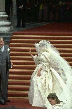 Princess Diana - Lady Diana Spencer and Prince Charles wedding - 29 July 1981 Diana Wedding Dress, Princess Diana Wedding, Princess Of Wales, Prince And Princess, Princesa Diana, Princesa Real, Royal Wedding 1981, Royal Weddings, Royal Brides