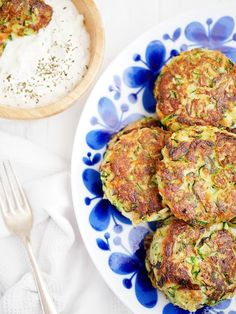 The world& best zucchini steaks with creamy mint sauce Healthy Recepies, Raw Food Recipes, Vegetarian Cooking, Vegetarian Recipes, Halloumi, Healthy Meals Delivered, Lchf, Zucchini, Greens Recipe