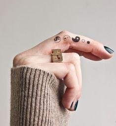 Tatuaggi dita: simboli pace