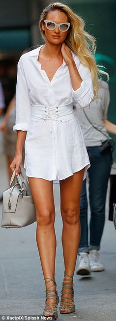 Candice Swanepoel hikes up her skirt to give teasing glimpse of leg Fashion Models, Fashion Beauty, Fashion Outfits, Womens Fashion, Candice Swanepoel Style, African Models, Lovely Legs, Classy Women, Classy Outfits
