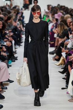 Valentino Fall 2020 Ready-to-Wear Fashion Show - Valentino Fall 2020 Ready-to-Wear Collection – Vogue - Fashion 2018, Fashion Week, Modest Fashion, Runway Fashion, Fashion Brands, Fashion Looks, Fall Fashion, Paris Fashion, Fashion Show Collection