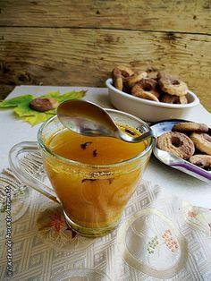Ceaiul cu turmeric si miere de albine, datorita proprietatilor deosebite ale acestuia, este o adevarata infuzie de sanatate pentru organism. Moscow Mule Mugs, Turmeric, Home Remedies, Healthy Recipes, Healthy Food, Drinks, Tableware, Smoothie, Beautiful