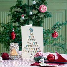 Un sapin découpé dans une carte routière pour vos vœux / A Christmas tree card made of an old map