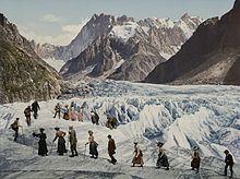 Représentation artistique d'une vingtaine d'hommes et femmes, en costume d'époque, traversant un glacier.