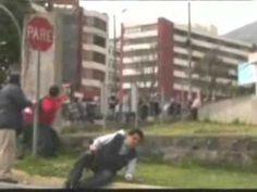 16:00 Los insubordinados lanzaron bombas y golpearon a civiles, que habían copado para entonces las calles aledañas al Hospital de la Policía. En el transcurso de la tarde, el gas lacrimógeno enrareció el ambiente del sector. Ese día a escala nacional hubo 10 fallecidos: 5 en Quito y cuyas muertes estuvieron relacionadas directamente con las protestas y 5 en Guayaquil, en otros incidentes. Hubo 274 heridos.