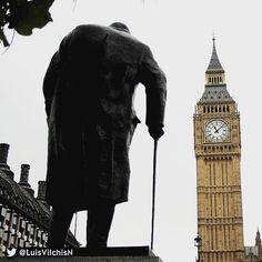 Winston #Churchill caminando por #Londres. #london #tourism #walk #picoftheday #Photo #history #europe #Europa #BigBen #Westminster #UK