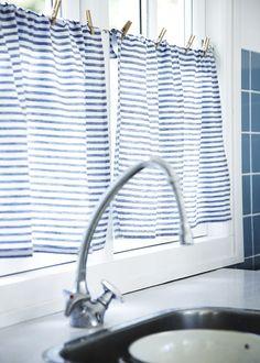 unas improvisadas cortinas: apenas dos paños de tela de rayas y unas pinzas de madera, para dar un toque rústico a una casa de campo