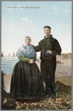 Echtpaar in Scheveningse dracht, geposeerd voor een geschilderde achtergrond. 1906  Dr. Trenkler Co., Leipzig, nr. Sev. 29 #ZuidHolland #Scheveningen
