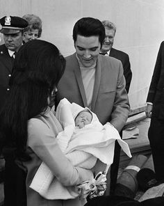 Elvis Presley with Priscilla with newborn daughter Lisa Marie at Baptist Hospital in Memphis TN, I. Lisa Marie Presley, Priscilla Presley, Elvis Presley Born, Elvis Presley Priscilla, Elvis Presley Pictures, Elvis Presley Family, Family Photo Album, Family Photos, Bilder Von Elvis Presley