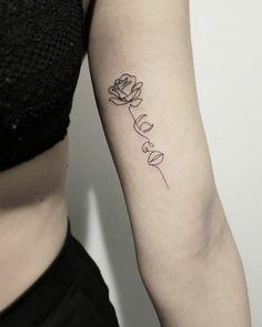 de flores ▷ 1001 + ideas de tatuajes de rosas super bonitos con fuerte significado original proposals of rose tattoo on the arm, tattoo with rose and woman& face, photos of attractive tattoos Dainty Tattoos, Trendy Tattoos, Rose Tattoos, Unique Tattoos, Beautiful Tattoos, Tatoos, One Line Tattoo, Line Art Tattoos, Tattoo Drawings