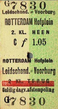 Retourtje 2e klasse Leidschendam-Voorburg - Rotterdam Hofplein uit de tijd dat er nog 3 klassen waren. In 1956 verdween de luxe 1e klasse en werden 2e en 3e klasse opgewaardeerd naar 1e en 2e klasse. Daarbij werden de kaartjes 2e klasse bruin en 1e klasse groen, De oude gele kaartjes 1e klasse verdwenen van het toneel.