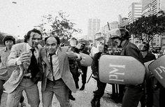 Deputados Raimundo Oliveira e José Eudes lutando contra a derrubada do prédio da UNE na Praia do Flamengo em 1980. https://espacomorgenlicht.wordpress.com/category/rio-de-janeiro-2/