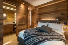 Home - Caracter Cabin Interior Design, Interior Design Kitchen, Interior Architecture, Log Homes Exterior, Rustic Basement, Cabin Interiors, Beautiful Bedrooms, Home Bedroom, Upstairs Bedroom