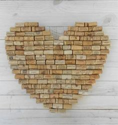 une décoration murale en forme de cœur réalisée à partir de bouchons en liège