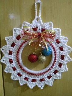 Crochet Christmas Wreath - Learn to Crochet - Crochet Kingdom Crochet Christmas Wreath, Crochet Wreath, Diy Crafts Crochet, Crochet Christmas Decorations, Crochet Ornaments, Christmas Crochet Patterns, Holiday Crochet, Crochet Snowflakes, Xmas Ornaments