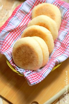 Muffins anglais (petits pains ultra moelleux) · Aux délices du palais Donuts, Waffles, Cooking Bread, Healthy Cookies, Desert Recipes, Easy Desserts, Hot Dog Buns, Sweet Recipes, Food And Drink