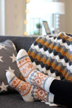 Neuloin Adventtisukat keväisemmissä väreissä; hunajankeltaista ja harmaata valkoisella pohjalla - toimii minusta näinkin! :) Ihan eri... Lace Socks, Crochet Socks, Knit Mittens, Knitted Blankets, Diy Crochet, Knitting Socks, Baby Knitting, Knit Socks, Knitting Charts