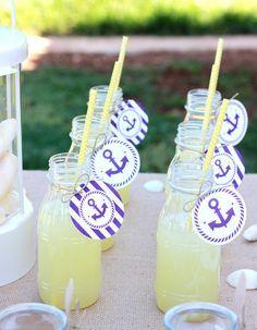 Nuestras botellitas de plástico con limonada, decoradas con nuestras etiquetas…