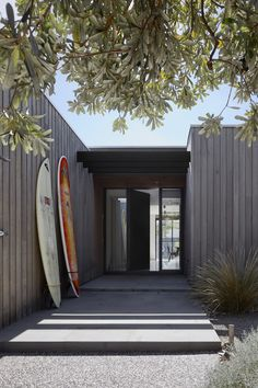 beach house The Inverloch Hidden House by Andrew Child Architecture places a contemporary twist on the traditional Australian beach house to provide the perfect home for a retired couples Australian Beach, Australian Homes, Exterior Tradicional, Contemporary Beach House, Modern Beach Houses, Small Beach Houses, Hidden House, Beach Shack, Facade House