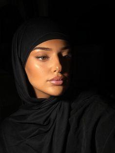 "S.M on Twitter: ""Bonsoir 🦋… "" Beautiful Muslim Women, Beautiful Hijab, Gorgeous Women, Niqab, Mode Turban, Hijab Style Tutorial, Modest Fashion Hijab, Muslim Women Fashion, Hijab Fashion Inspiration"