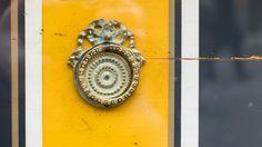 """Giallo neanche tanto astratto   Ho raccolto questa maniglia-medaglione in una vetrina di Chambéry.  Mentre scattavoe anche un po' dopo aver scattatomi è tornato in mente che da bambino alla domanda """"qual è il tuo colore preferito?"""" quasi sempre rispondevo """"giallo"""". Puntini di..."""
