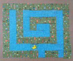 Ankka on eksynyt labyrinttiin, auta ankkaa löytämään tiensä ompelukoneen luo. Kaitaletekniikka, kaitaleen leveys 5 cm. Syyskuu 2016.
