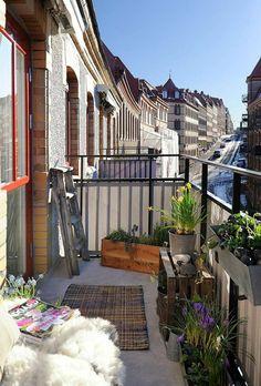 kleiner Balkon originell einrichten Balkonbespannung Windschutz Acrylgewebe
