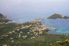 Corsica - Capicorsu - Cap Corse - Centuri, Mute - Petit hameau à l'extrême sud de littoral de Centuri, Mute est « à cheval » sur Centuri et Morsiglia Une vue globale du port de centuri au centre, en face c'est l'île de Capense (zone protégée). Sur la gauche, on aperçoit la marine de Mute.