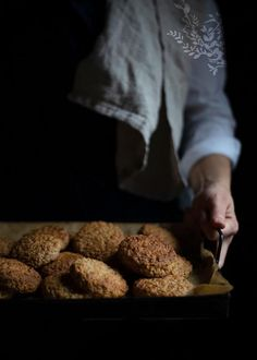 Oatmeal cookies or oat biscuits? These easy treats are called Christmas Oatmeal Cakes thanks to the perfect wintery flavours that my Grandma put together. Best Oatmeal Cookies, Oatmeal Cake, Cooking Photography, Vintage Cooking, Oatmeal Recipes, Winter Food, Tray Bakes, Cookie Recipes, Treats