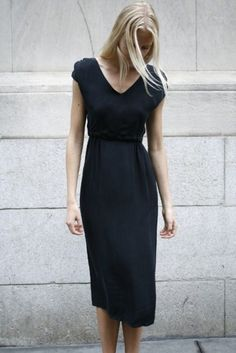 Love the length and style. modern feminine style | capsule wardrobe | slow fashion | simple style | minimalist modern fashion  | chic minimalist style | minimalist style fashion | minimalist style clothing | classic minimalist style | minimalist outfits women | Scandinavian style