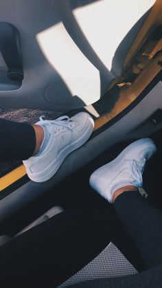 White Nike Shoes, Nike Air Shoes, White Sneakers, Pictures Of Shoes, Girly Pictures, Girl Photo Poses, Girl Photos, Cute Shoes, Me Too Shoes