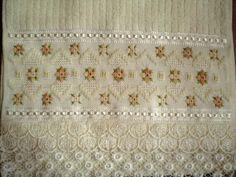 Marca; karsten,100% algodão  Medida:33x50  Cor creme: Melina  Trabalho:ponto reto pérola e falso crivo  Obordado pode ser feito na cor que o cliente desejar.  Cores de toalhas. branca e creme.