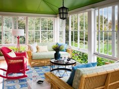 Sunroom / glassed-in porch Houzz Tour: Sunny Colors Lighten a Century-Old Home Brightness and elegance without a trace of stuffiness bring the individuality of a seaside Rhode Island home into the light. traditional porch by Andrew Suvalsky Designs Rattan Furniture, Outdoor Furniture Sets, Sunroom Furniture, Furniture Layout, Traditional Porch, Sunroom Decorating, Decorating Tips, Sunroom Ideas, Tapis Design