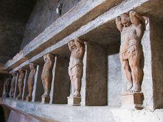 Pompeya participó en la guerra que las ciudades de la Campania iniciaron contra Roma, pero en el año 89 a. C. fue asediada por Lucio Cornelio Sila. Aunque las tropas de la Liga Social, comandadas por Lucio Clemento ayudaron en la resistencia a los romanos, en el año 80 a. C. Pompeya se vio obligada a aceptar la rendición tras la conquista de Nola. Después de este episodio se convirtió en una colonia con el nombre de Colonia Cornelio Veneria Pompeianorum'. Los habitantes recibieron la…