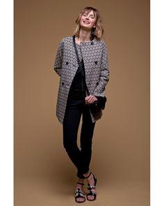 A lui seul, le #manteau #d'été en #jacquard noir et écru donne du caractère à une tenue simple.