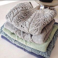Og i denne stabelen finnes ellemgenser og hamptonbluse  morro å ha laget en tykk versjon av den ene #strikking #knitting#becharmed_strikk #becharmedavjmhk #barnestrikkfrabecharmed #barnestrikk#mydesign#egetdesign#hamptonbluse #ellemgenser #inettbutikken✔️