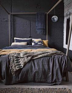 Donkere slaapkamer | dark sleepingroom | vtwonen 03-2017 | Fotografie Alexander van Berge, Hans Blomquist, Debi Treloar | Styling Marianne Luning