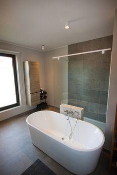 losstaand bad naast douche