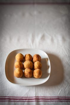 Traditional Spanish croquettes, a delicious tapa flavored with manchego and mushrooms Spanish Dishes, Spanish Tapas, Latin Food, Finger Foods, Stuffed Mushrooms, Cooking Recipes, Queso Manchego, Manchego Cheese, Yummy Food