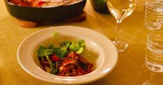 Recept på Melanzane alla Parmigiana – italiensk auberginegratäng - MatMalin.se Chorizo, Mozzarella, Thai Red Curry, Ramen, Dessert, Ethnic Recipes, Korea, Food, Eggplants