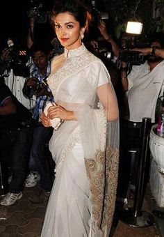 Deepika Padukone, who will next be seen in Sanjay Leela Bhansali's Ram Leela opposite Ranveer Singh, came dressed in a beige Anamika Khanna sari for the birthday party. The actress completed her look with red lips. Deepika Padukone Saree, Deepika In Saree, Sabyasachi, Kareena Kapoor, Indian Dresses, Indian Outfits, Asian Fashion, Look Fashion, Sari Bluse
