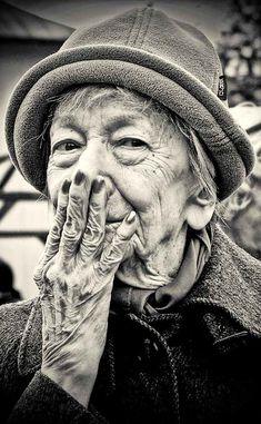 """Wislawa Szymborska - """"Nulla è in regalo, tutto è in prestito."""" Comincia così questa poesia della poetessa Wislawa Szymborska: forse solo a dimostrare la sua grandissima sincerità. Lettura come sempre eccellenti di Gianni Caputo. #WislawaSzymborska, #poesiarecitata, #audiopoesia, #poesia, #regalo, #vita, #debiti, #liosite, #citazioniItaliane, #frasibelle, #ItalianQuotes, #Sensodellavita, #perledisaggezza, #perledacondividere,"""