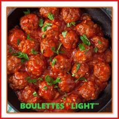 4p: 500g de boulettes 1 boîte de tomate pelée et 200ml de coulis d 1 oignon  2 g d'ail 10 f de basilic Préparation: Éplucher et émincer l'oignon, Éplucher et écraser l'ail. Dans une poêle, faire confire l'oignon dans de l'eau, rajouter les boulettes. Rajouter le coulis les tomates pelées et l'ail. Faire mijoter 10 mn à feu doux. Rajouter le basilic finement coupé. #regime #regimeuse #recetteminceur #healthyfood #mangersain #mangerbien #eatclean #instagood #repas #luntch #diner #tomate