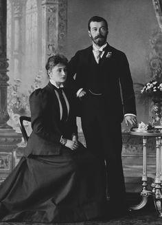 Czarevich Nicholas, mais tarde, Nicolau II, e a princesa Alix de Hesse, mais tarde, Alexandra Feodorovna. Nicholas está de pé para a direita, com a mão direita apoiada na cintura e sua mão esquerda sobre a mesa ao lado dele. Princesa Alix está sentada ao lado dele, à esquerda, com as mãos entrelaçadas no colo. Agosto de 1894.