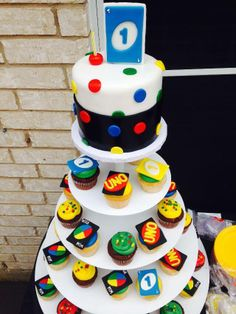 Uno theme! Check out this creative idea for a 1st birthday! www.cupcakesfortworth.com