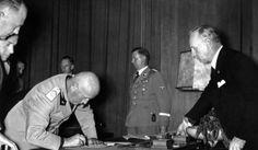 29 de septiembre de 1938 Alemania, Italia, Gran Bretaña y Francia firman el Pacto de Munich que obliga a la República Checoslovaca a ceder a la Alemania nazi los Sudetes, incluyendo las posiciones de defensa militar clave de Checoslovaquia.