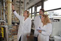 Verfahrenstechnik (B.Sc.) Hochschule für Angewandte Wissenschaften Hamburg Im Studium beschäftigen sich Verfahrenstechniker damit, aus Grundstoffen mittels biologischer, physikalischer oder chemischer Umwandlungsprozesse ein Produkt zu erzeugen. Sie zerkleinern, reinigen, mischen, trennen und fermentieren Rohstoffe. Und sie entwerfen Anlagen, in denen diese Prozesse automatisch ablaufen. Ohne Verfahrenstechniker gäbe es die meisten Dinge in unserem Alltag nicht.