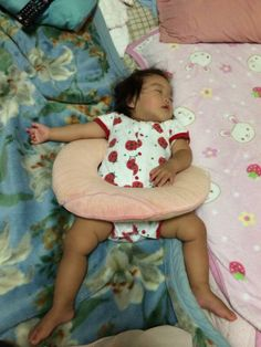 寝相の悪い娘。私の首に巻けるタイプの枕が何故かこんな事に(笑)泳いでる夢を見たのかな?
