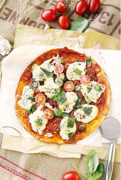 Vegan Pizza Margherita - homemade vegan mozzarella, tomato sauce and basil. Fig Recipes, Pizza Recipes, Whole Food Recipes, Vegan Recipes, Cooking Recipes, Vegan Pizza Base, Vegan Pizza Recipe, Quiches, Tartine Recipe